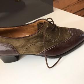 Hejsa! Jeg sælger de her, HELST ubrugte Italienske sko.. Det er læder hele vejen igennem ;) Der står ikke størrelse i, men de passer ca. 38-39 Kan selfølgelig måle dem hvis der er behov! Np 2200kr Kan give dit outfit et lækker vintage vibe🌸🌸  Køber betaler altid fragt BYD GERNE Jeg giver mængde rabat
