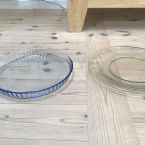 Pyrex fad i farvet glas brugt en enkel gang samt lagkage fad Begge fremstår uden skår Samlet pris 125