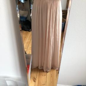 Kun brugt 1 gang, men pga. at den er gulvlang er der spor af brug i enden af kjolen. Derfor den billige pris. Nypris 1000.   Kan afhentes på Frederiksberg eller sendes på købers regning.