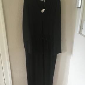 NY UBRUGT sort lang kjole fra See By Chloé i str 40 (dansk) med bindebånd. Brystmål: ca. 2x52 cm, længde ca. 150 cm. Viscose/polyester. Bytter ikke. (Nypris 3500 kr). Sælges for 1850 kr. Se også mine andre annoncer!!!