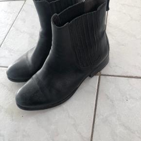 Støvler, begrænset brugt og samler bare støv.