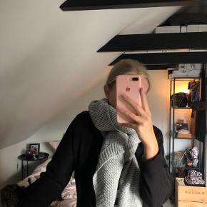 Super lækkert tørklæde sælges. Godt varmt til det kommende kolde vejr. Det er aldrig brugt, kun prøvet på, og fremstår derfor som helt nyt. BYD gerne😊