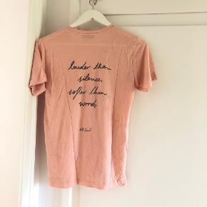 T-shirt fra Stine Goya - med citat fra Oh Land. (Samarbejde med Oh Land)