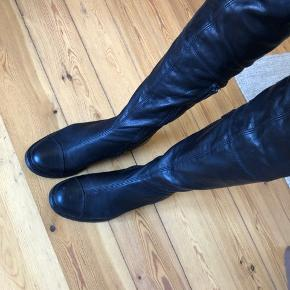 Shoe Biz Copenhagen over knæ lang støvler i ægte leder  Farve: sort 🖤 Aldrig brugt    Sender gerne eller den kan hentes på Frederiksberg Aarhus