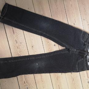Fine drenge sorte jeans med et lille hul på knæet fra D-exel. Pæne. 😀