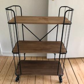 Jeg sælger mit rullebord. Det er købt i Kvickly for et halvt år siden :-) det står som nyt. Kan afhentes i Aarhus C.   Bredde: 60 cm, højde: 86 cm, dybde: 30 cm