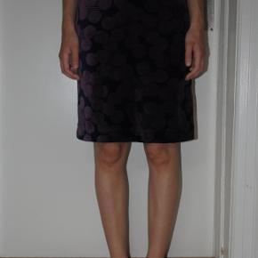 Flot nederdel med lilla/mørkeblåt mønster i bomuldsvelour. Str. S. Aldrig brugt da den var et fejlkøb.