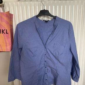 Super fin blå/hvid stribet skjorte fra hm. Str 46, men fitter meget mindre. Er selv en small og den fitter mig fint, lidt oversized.