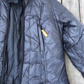 Varm frakke med flot pasform. Den er brugt nogle år efterhånden og lynlås virker ikke og skal skiftes. Nypris ca 3000kr. Prisen er inkl fragt