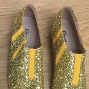 Som nye- aldrig gået til.  Glimmer og glitter.  Ganni flade sko.