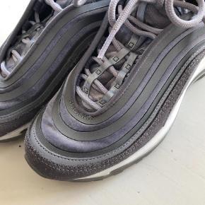 Varetype: Sneakers Størrelse: 36.5 Farve: Grå Oprindelig købspris: 1500 kr. Prisen angivet er inklusiv forsendelse.  Sælger mine super fede Nike sneaks og modellen med Grå velour som er SUper flot ❣️  Str er 36.5 og svarer til 36 vil jeg sige 🤗  De er sparsomt gået med og er derfor i super fin stand 🤗  Bytter ikke og kan afhentes og prøves på min adresse efter aftale 🤗   Kh fie