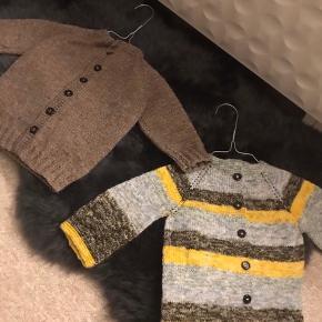 Hjemmestrikke cardigans til børn, strikket af min mor.   Garn: akryl og uldblanding  1-2 årige.  150 kr. Stykket