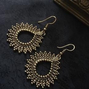 Smukke øreringe ~ nye / aldrig brugt ~ købt i Indien. Mål incl ørestik; 5,5 cm. Uden ørestik; 3,5 cm.  Porto + 10 kr. via alm forsendelse med Postnord.  Overførsel via Mobilepay muligt.