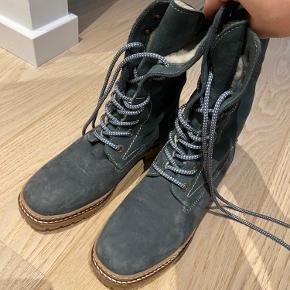Nye støvler, brugt få gange.  Kan foldes ned som vist på billedet.  Varme og dejlige her til vinter :)