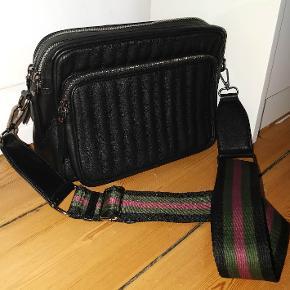 #GøhlerSellout  Næsten ny læder taske fra NEYE. Fejl intet.  Str. 26 x 19 x 7 cm Remme max 145 cm, min 93 cm