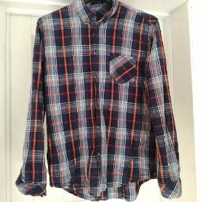 Lækker skjorte fra Samsøe & Samsøe i fin stand. Trænger bare til at blive strøget. Ternet i blå nuancer og orange  Str XL  Byd