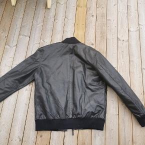 Marineblå læder jakke fra Levis. Str. L Aldrig gået med