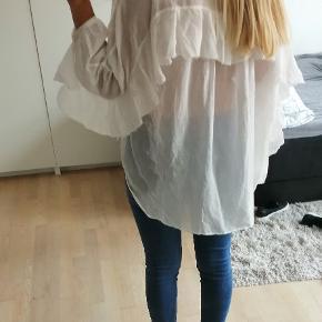 8PM skjorte / tunika med flæser og blonder. Det er en str sx, men meget stor i størrelsen. Den vil kunne passe str. 34-38 uden problemer