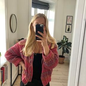 Man kan godt se på stoffet at jakken den er brugt. Jeg sender gerne flere billeder, hvis det er 😊 En rigtig fed lyserød jakke med 3/4 ærmer, med et lidt oversize look.