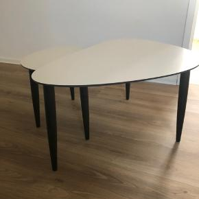 2 borde uden brugsspor  Det store bord er ca. 100 x 68 x 50cm  Det lille bord er ca. 67 x 42 x 45 cm
