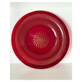 Rød glastallerken med håndmalet guld mønster ⚜️ Ø 18 cm   Instagram: vintage.vips