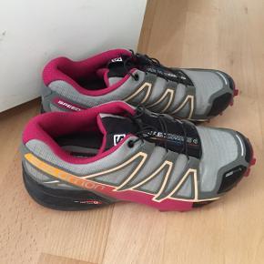 Trail sko størrelse 38 sælges. Brugt få gange i skoven.