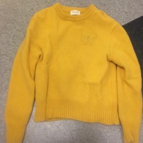 Lækker gul sweater fra Wood Wood, kun brugt meget få gange. Kostede 700 fra ny.