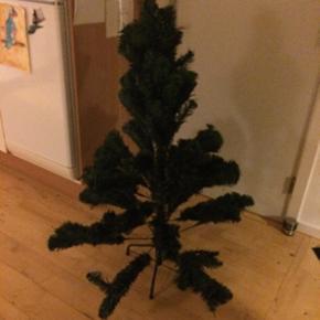Kunstige juletræerDen er nye og er kun blive pakke ude af kassen  den er ca 112 cm høje. billedet nr 2 sådan skal den se ude
