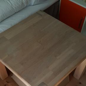 Lille massiv egetræsbord. 70x70x52