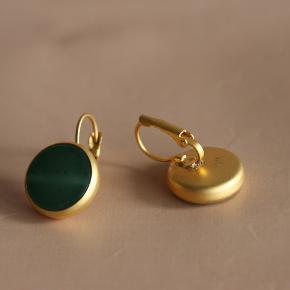 1. Grøn, mat guldbelagt, jade øreringe - 100kr 2. Sort, mat guldbelagt, onyx øreringe - 100kr 3. Grøn & gul, onyx, 24K forgyldt øreringe - 130kr