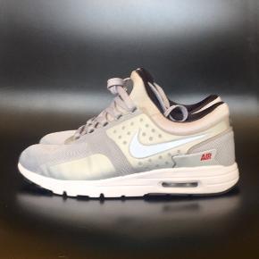 Fejlkøb : fede grå Nike air max zero , brugt 2 gange . Sko str : 40,5 Handler via fremmøde mobilepay bank Nypris : 900