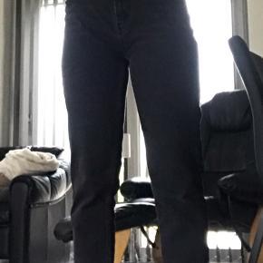 Bukserne er i str: 29 i maven og 32 i længden