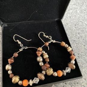 Helt nye ørering med ægte sølv perler og andre smukke perler. Æsken medfølger. Ikke brugt :)