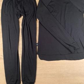 BYD !!!  Mål: Bukser: Længde 90 cm Liv 55 cm og der er elastik i, så de kan give sig meget mere  Bluse: Længe 57 cm og lidt længere bag på Brede 44 cm x 2  Kan sendes med DAO  Jeg sletter annoncen når det er solgt