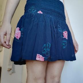 Flot nederdel, føles lidt større end XS.  Flere billeder haves ikke 🧡 Fragt: sendes med DAO på købers regning. DAO er billigt og inkluderer tracking. Der er også mulighed efter aftale at afhente i Valby.  Se også mine andre annoncer 😊