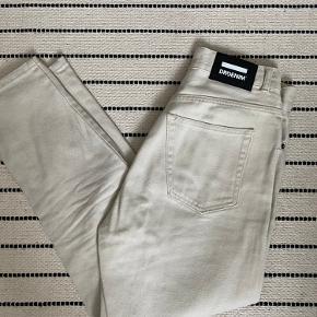 Mom jeans fra Dr. denim, de er en størrelse 28/30. De er aldrig blevet brugt, kun prøvet på.