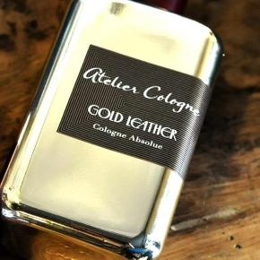 "Niche parfume Atelier Cologne ""Gold Leather"" i den store 100ml. Købspris: 1400 kr. Testet med 4-5 spray, så stadig helt fyldt.  Top notes are bitter orange, saffron, rum and plum; middle notes are artemisia and eucalyptus; base notes are cedar, guaiac wood, agarwood (oud) and leather."