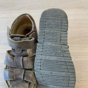Sandaler, str. 28, Primigi, drenge Læder sandaler med velcro. Let og fleksibel gummisål. Trænger til sko pleje.  Nypris 600,-