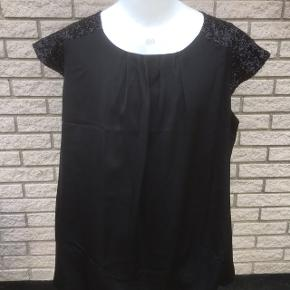 Zay sort finere bluse tshirt med palietter  sort. Næsten ny  Str L - 5o  Nyp 350  storpige pluszize  Yderst fin stand   Længde 78 Brystvidde 66x2   Sender gerne   Se flere annoncer