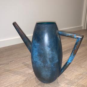 Udgået vandkande i navy blå fra Bolia... aldrig brugt helt ny, prismærke sidder stadig på bunden