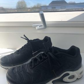Nike tn air i sort Str 37,5, fitter 36-37 Brugsspor på sålen, men ikke noget der har stor betydning