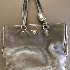 Prada taske/shopper i 100% kolæder sælges. Den er dejlig stor og rummelig og er brugt godt men stadig i rigtig god stand.   Spørg efter flere billeder 🖤  Kan afhentes i Vanløse eller sendes på købers regning - ved TS handel betaler køber gebyr på 2,5% samt fragt (DAO) på 37,- 🖤  Bytter ikke 🖤