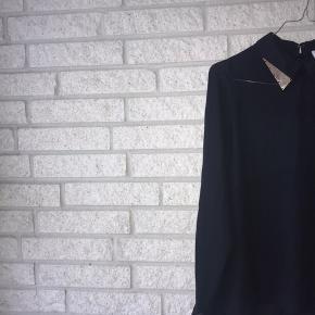 Secondhand satin skjorte fra Vero Moda i størrelse S. Skjorten har den flotteste guldkrave detalje, og vil give dit look et ekstra pift.. 🖤