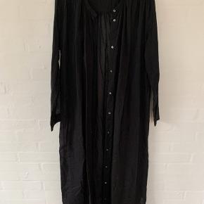 Fin kjole (lidt gennemsigtig) fra Diega. Kan også bruges som kimono. Lille i størrelsen.