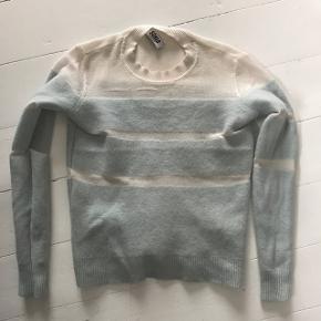Flotteste Sonia Rykiel sweater i uld. Den er str s, men er virkelig lille i størrelsen, så svare til omkring xs-xxs. Standen er rigtig god, doge r der et lille hul bag på. BYD