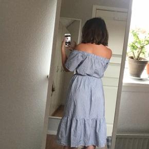 Fin off-shoulder kjole med striber og bindebånd i taljen:))