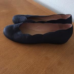 Ballerinasko fra Wonders i mørkeblå ruskind. Blød gummibund.  Str 37, indvendigt mål 24,3 cm.  Brugt 3-4 gange, men virkelig fin stand. Desværre passer de ikke ordentligt til mine fødder. Nypris 899 kr.