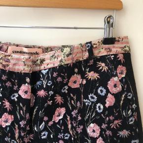 Custumemade bukser med blomster og glimmer. Går til anklerne. Kun brugt en enkelt gang i et par timer.