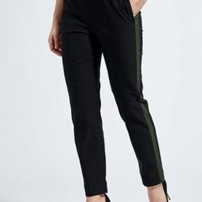 Super lækre sprit nye bukser  Skøn pasform.  Elastik i taljen. Masser af stretch  Sort med armygrøn stribe ned langs siden