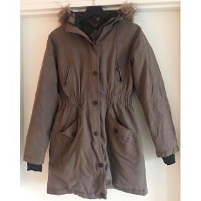 Fin vinter frakke. Str. M. Grønlig/brunlig. Fra Modstrøm. Brugt, men i god stand. Nypris 1600,-